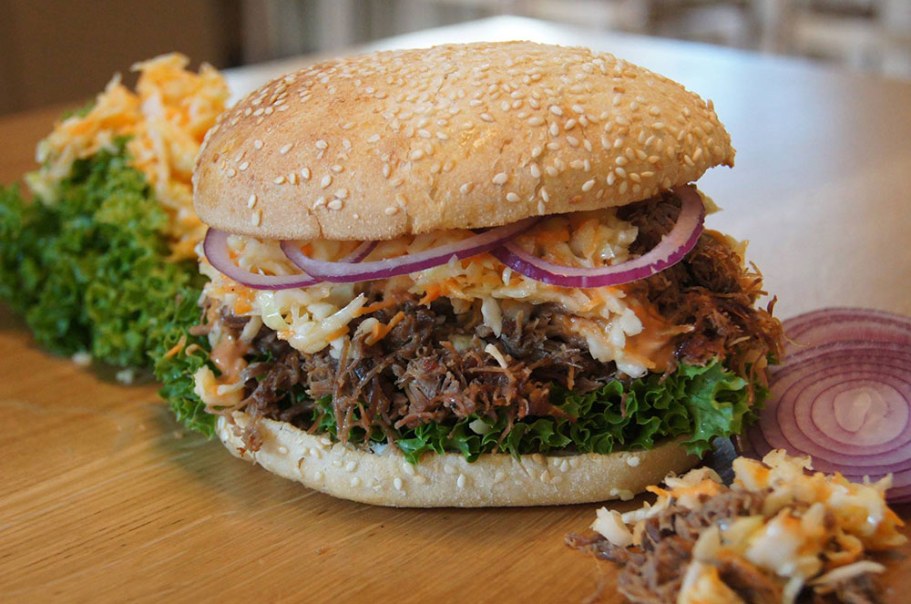 pulled-beef-burger-mit coleslaw
